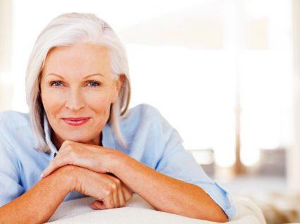 Mulher com cabelos brancos