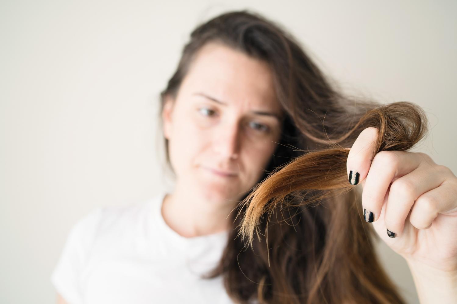 Mulher com cabelo estragado