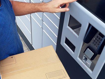 carteira deposita encomenda num cacifo automático