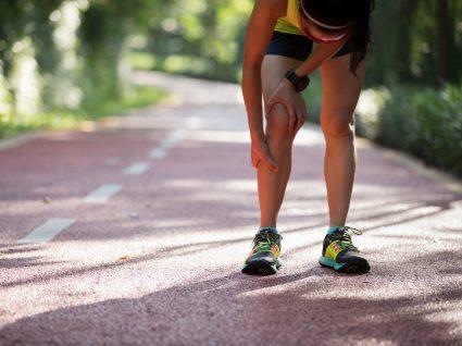 Mulher com cãibras nas pernas