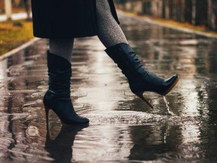 Mulher com sapatos para looks de outono