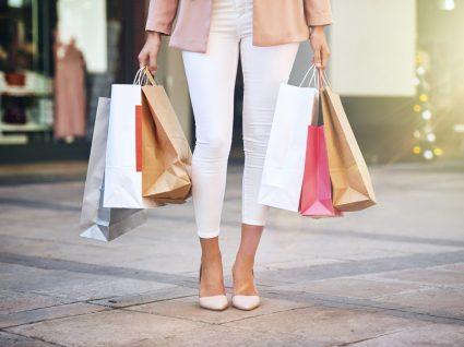 Mulher às compras com calças brancas