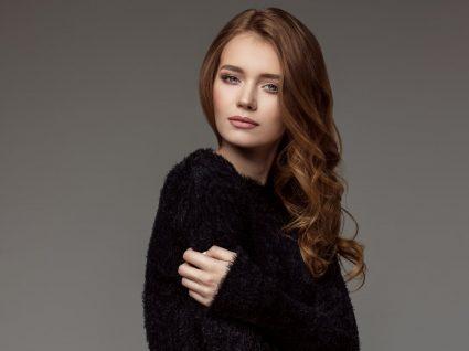 Mulher com camisola preta
