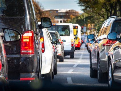 carros mais seguros numa fila de trânsito