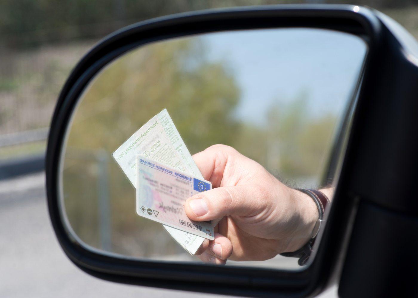 Homem a mostrar a carta de condução numa operação stop