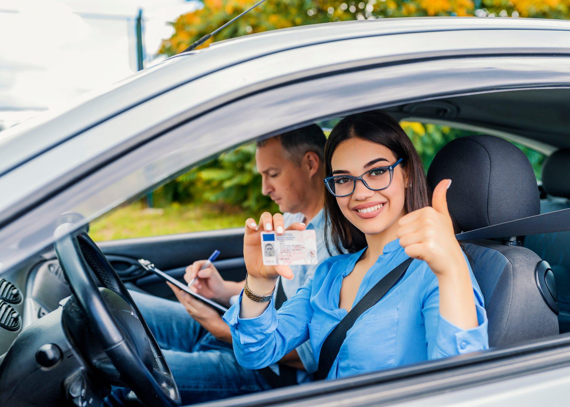 mulher a mostrar carta de condução