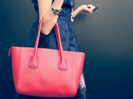 Mulher com carteira elegante