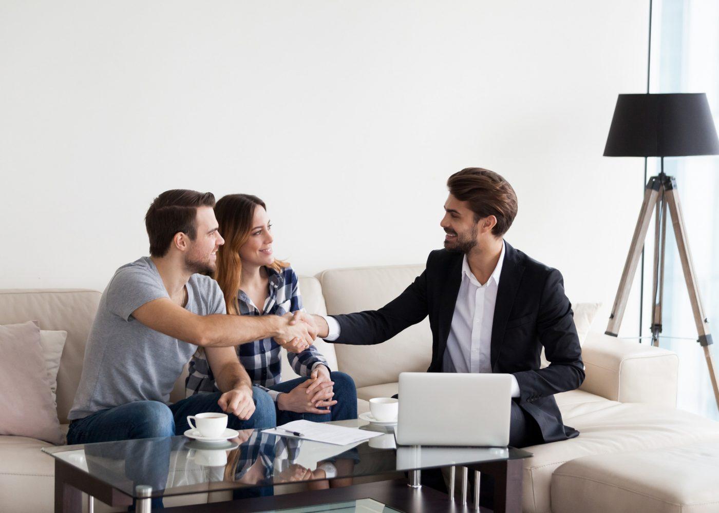 casal com consultor imobiliário