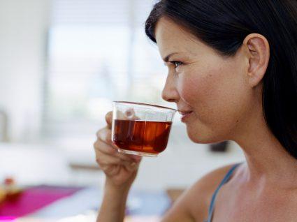 Mulher a beber chá para desinchar