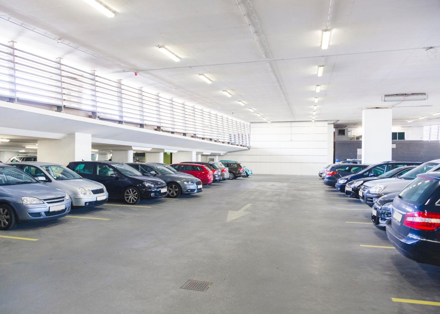 carros em parque de estacionamento