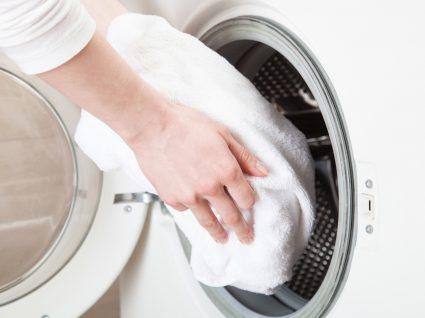 colocar roupa na maquina