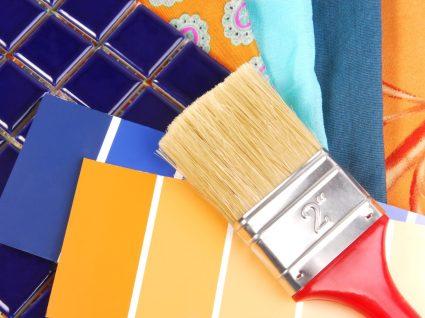 pincel, tintas e azulejos para pintar