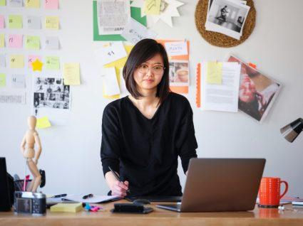 mulher em teletrabalho a desenvolver competências de organização