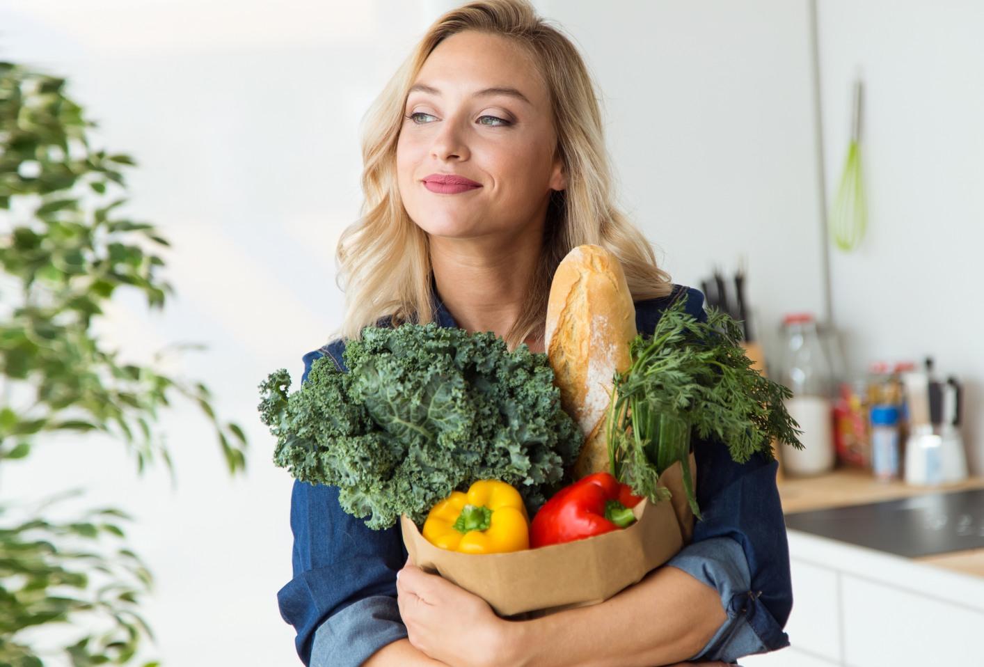 mulher com alimentos com poucas calorias