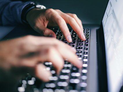homem a usar computador
