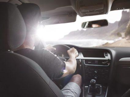 homem a conduzir carro