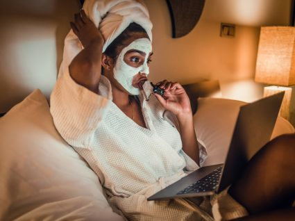 Mulher a usar cremes de noite