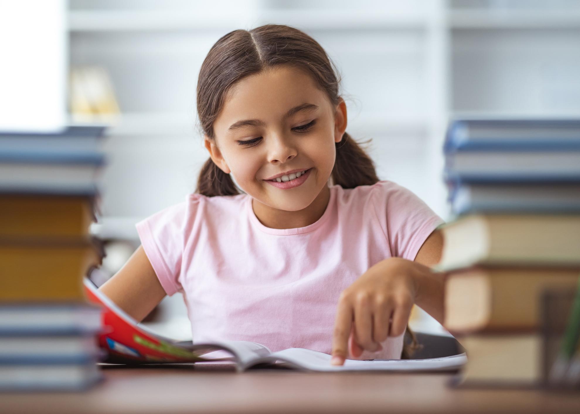 criança com livros escola