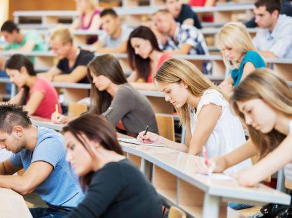alunos no auditório na faculdade