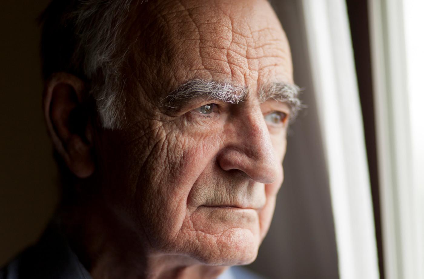 Homem de terceira idade com depressão
