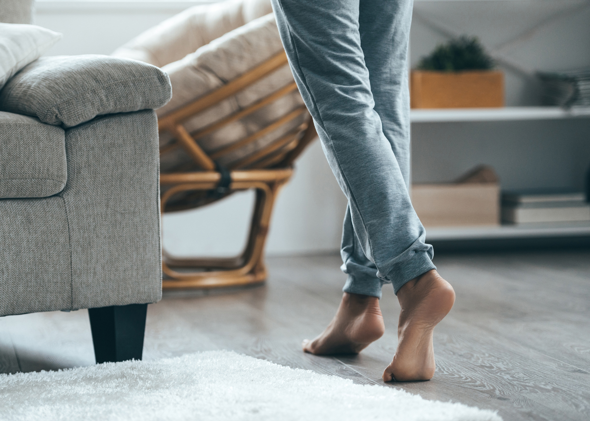 pessoa a andar descalça em casa