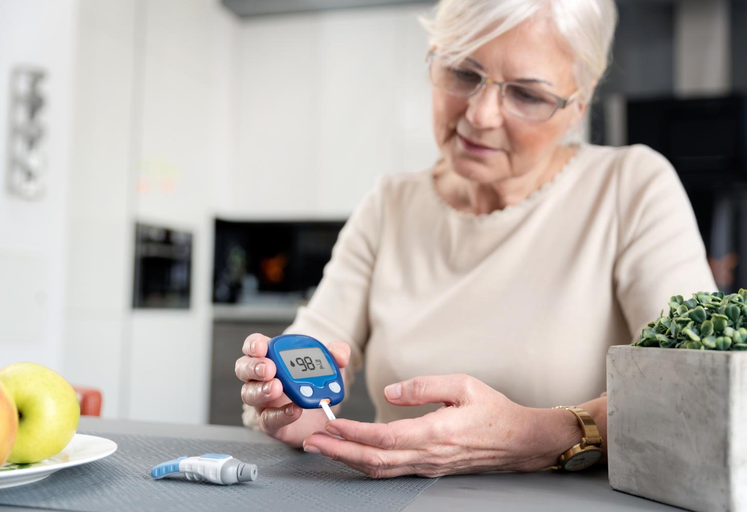 Mulher a controlar níveis da diabetes