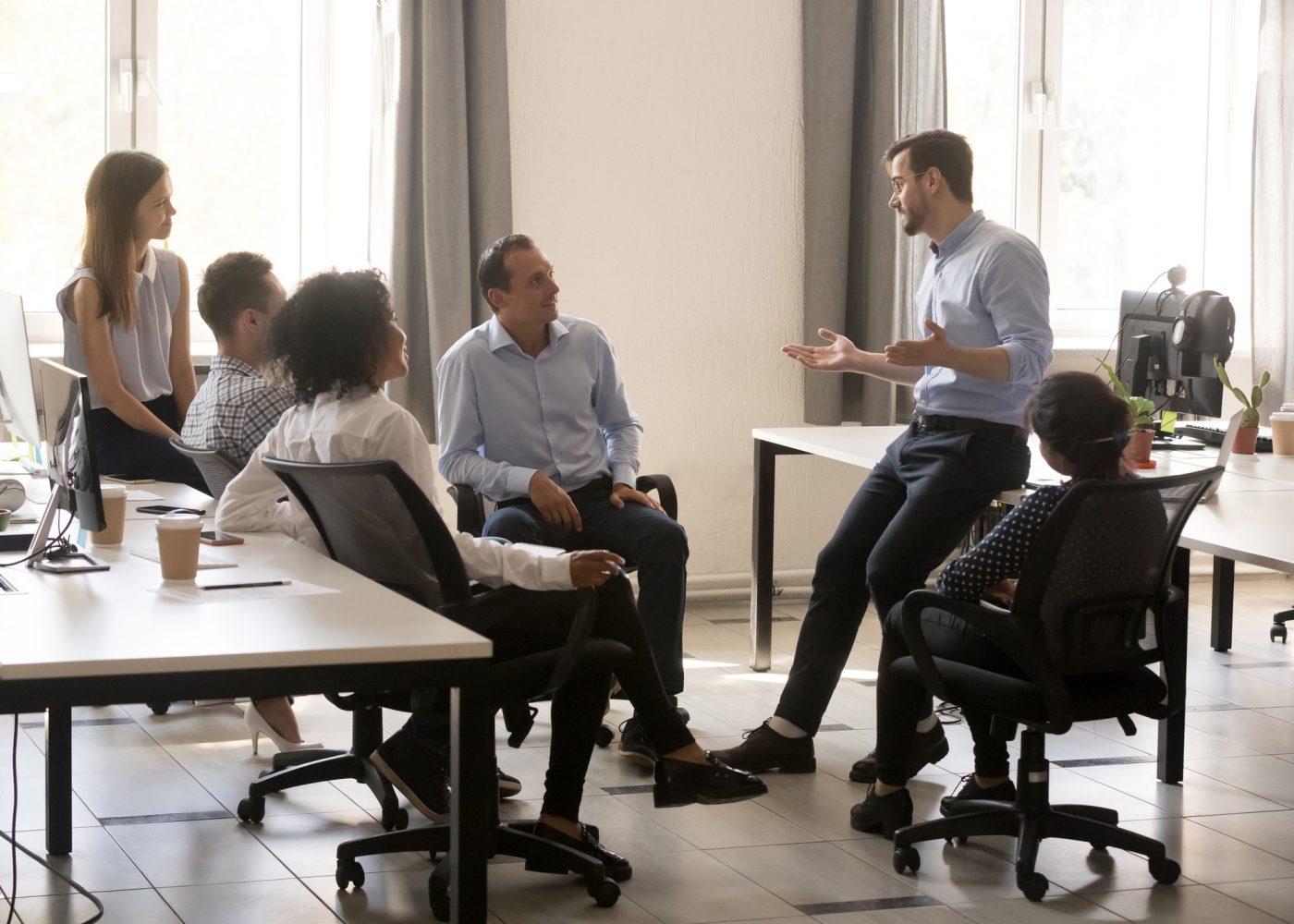 equipa atenta a ouvir um colega no escritorio