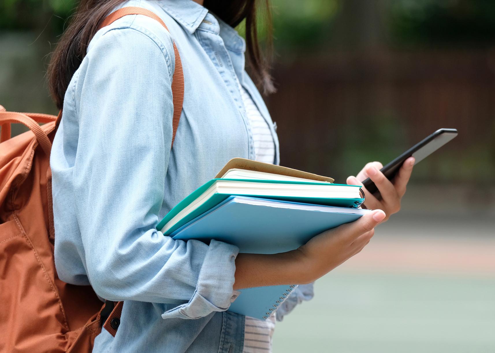 estudante ensino superior a ver valor das propinas