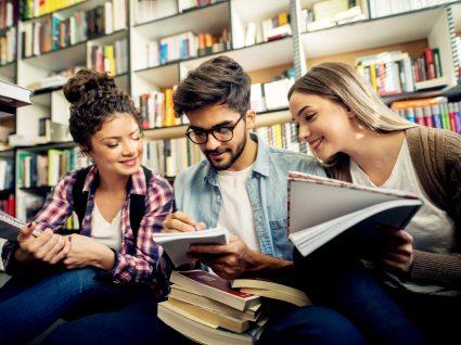 guia das universidades públicas: estudantes na biblioteca