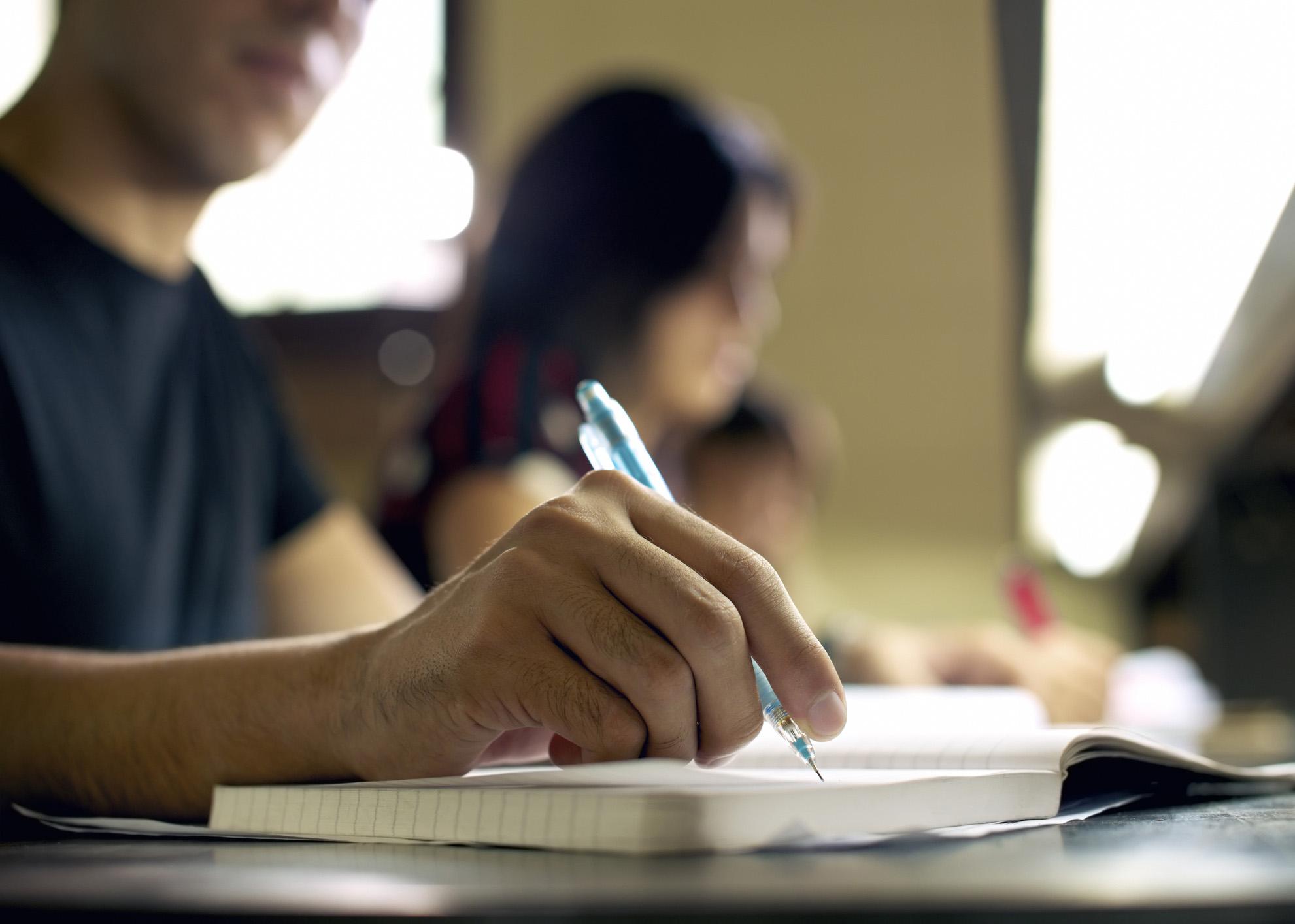 estudantes da universidade a escrever um trabalho