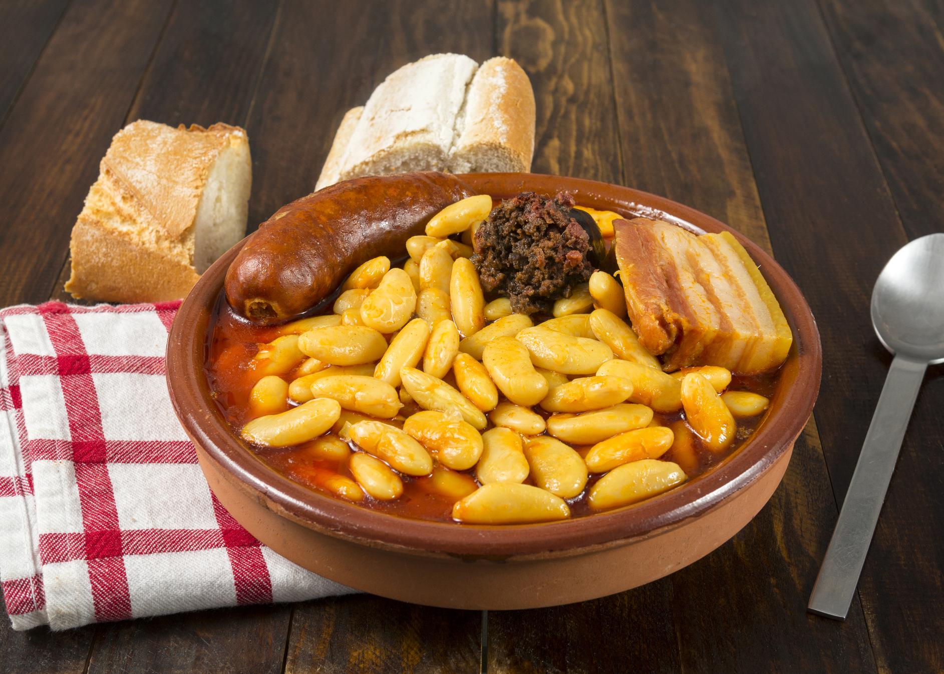 fabada asturiana com pão