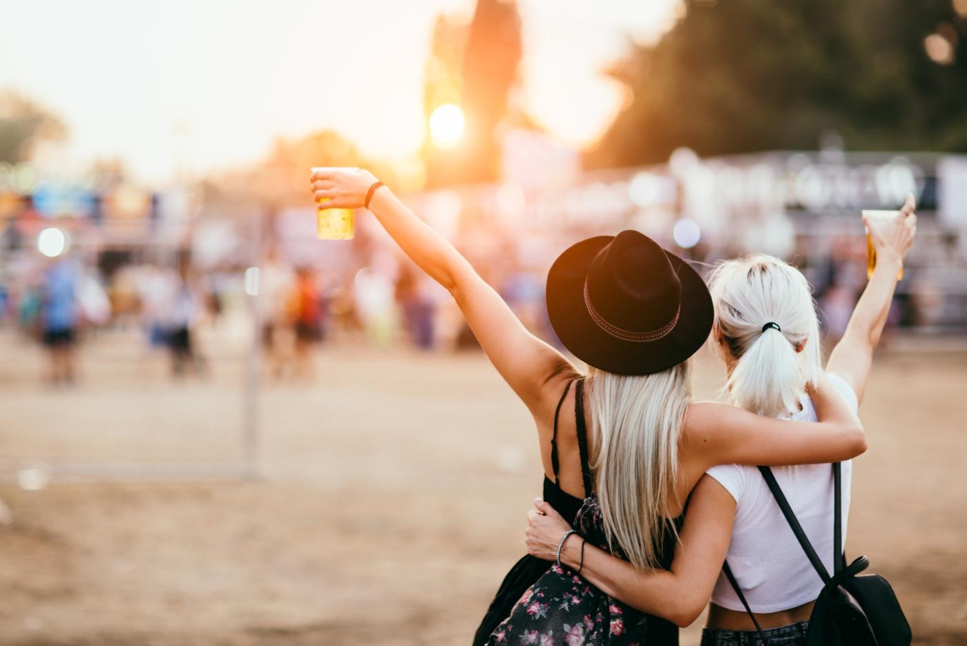 Raparigas em festival de música