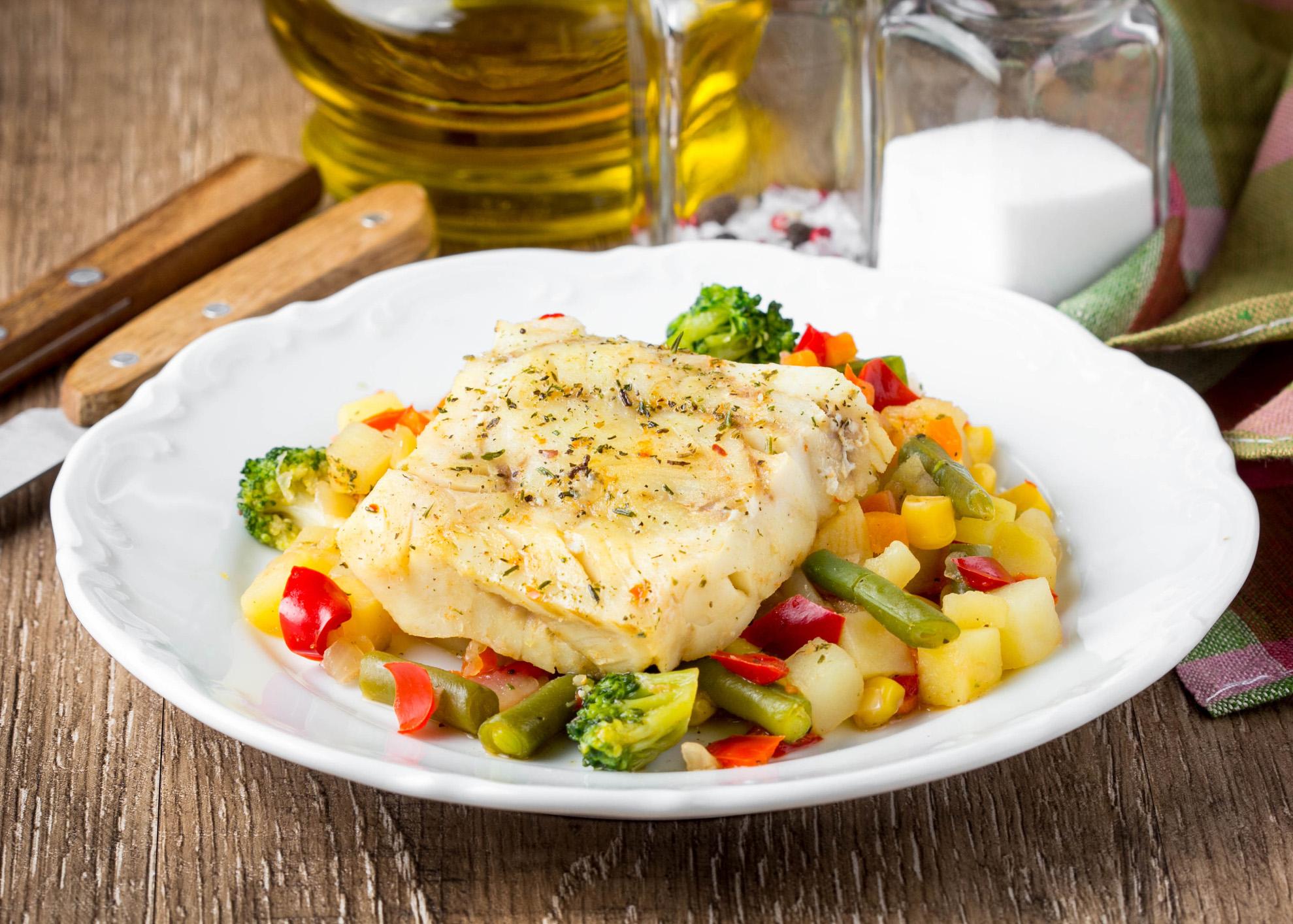 filetes de peixe-espada com legumes