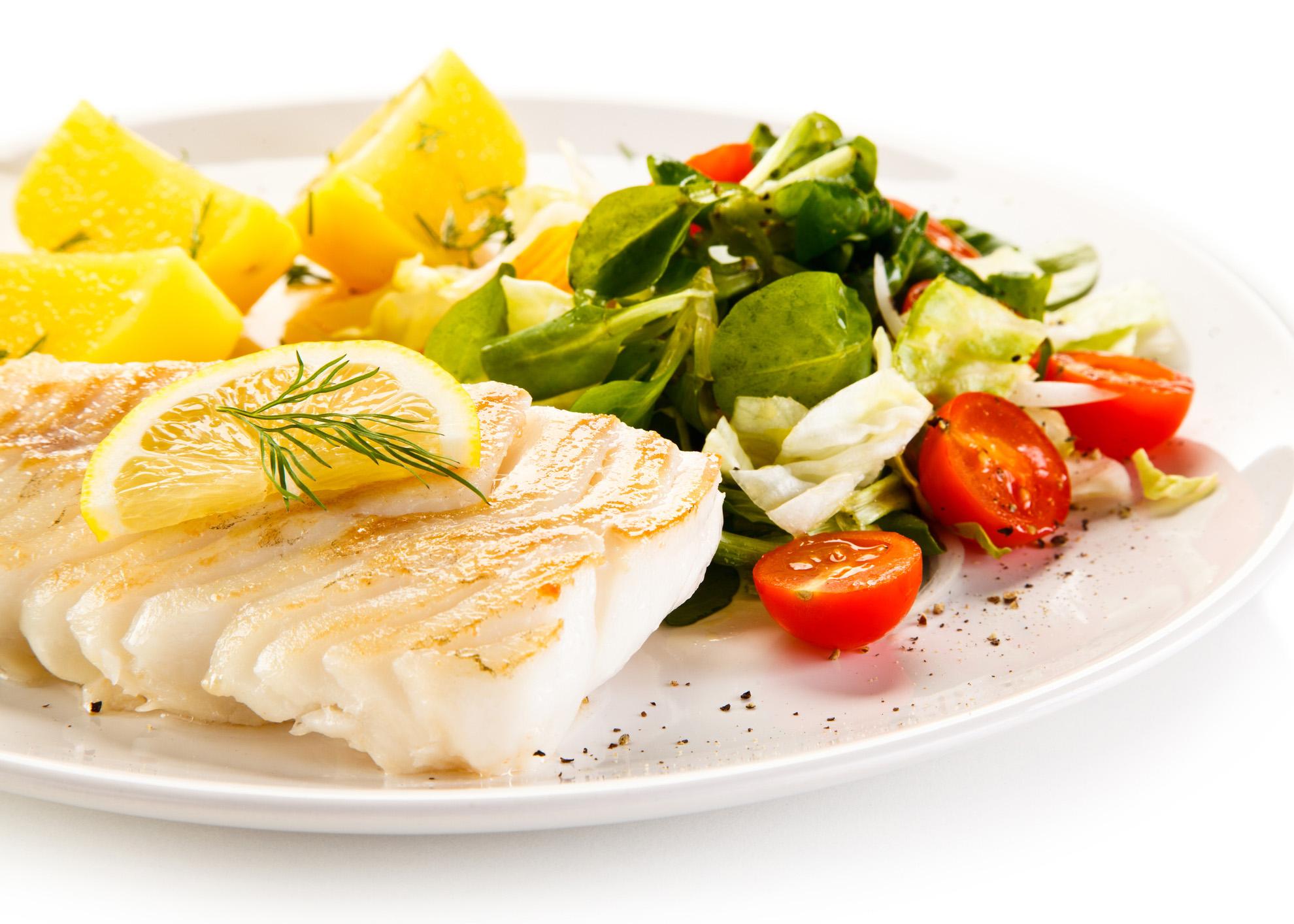 filetes de peixe com salada
