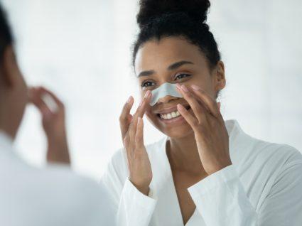 jovem a tratar dos poros dilatados