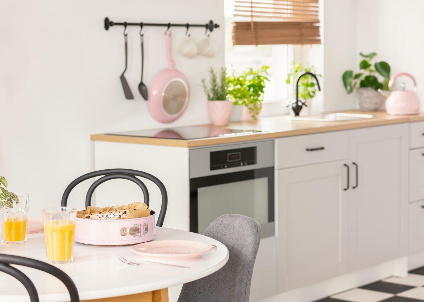 kitchenette branca e madeira