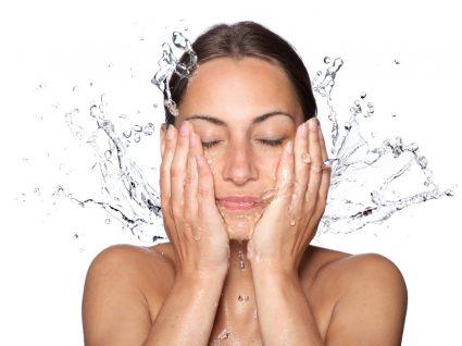 Mulher a lavar a cara