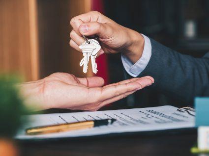 Senhorio a dar chave de apartamento a inquilino