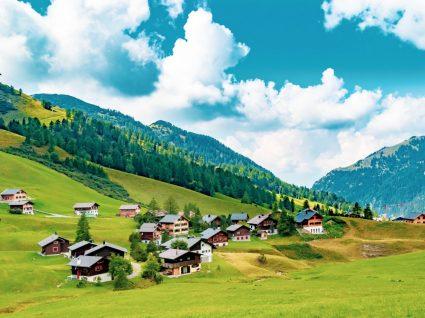 Panorâmica de aldeia no Liechtenstein