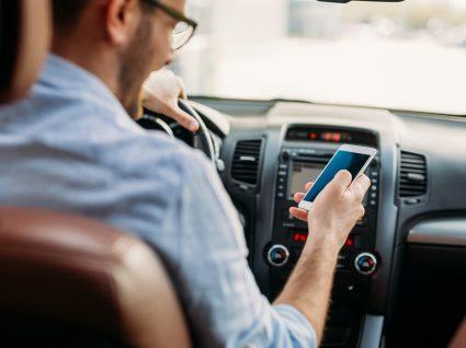 Homem a escrever sms enquanto conduz