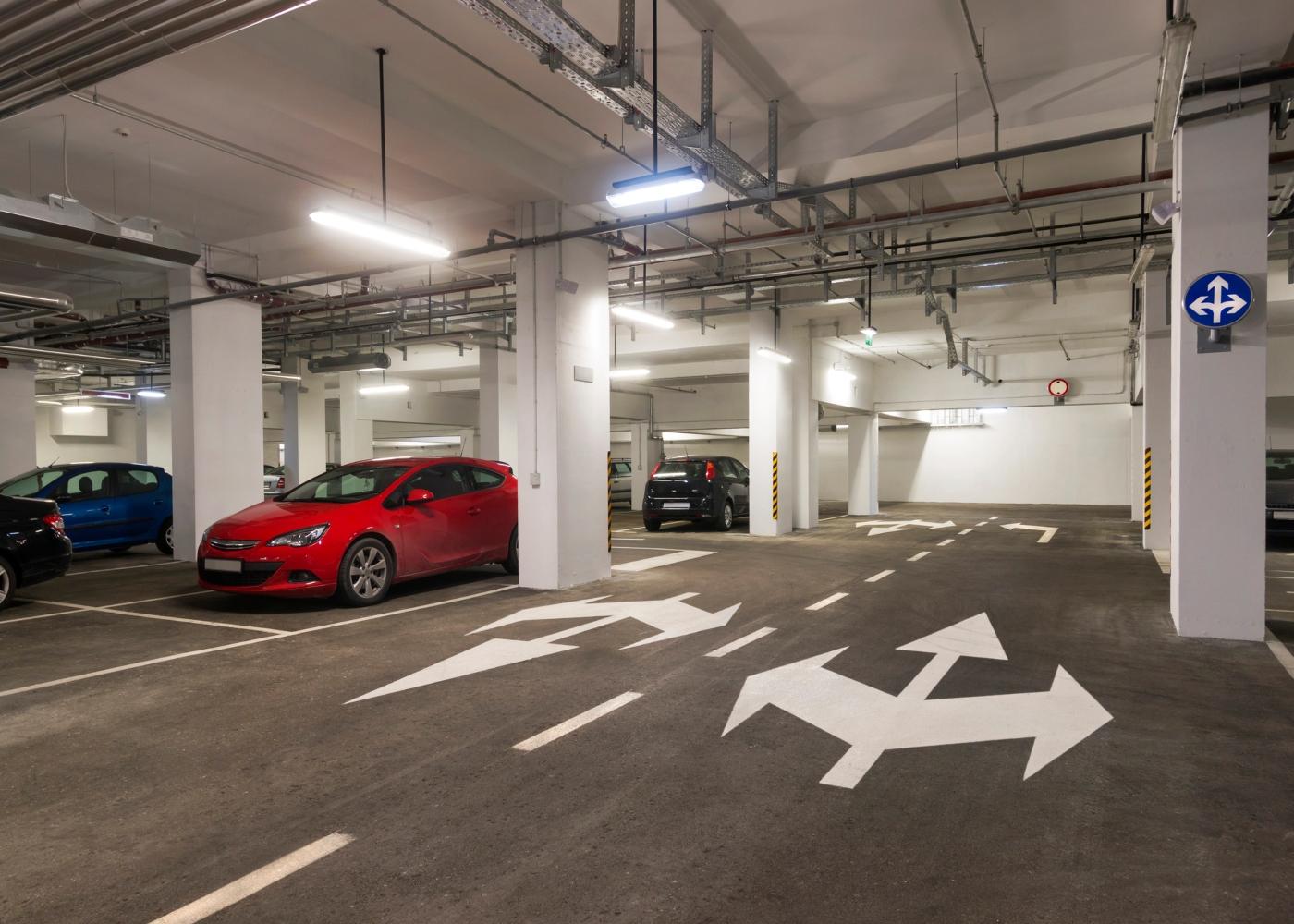 carros em parque de estacionamento subterraneo