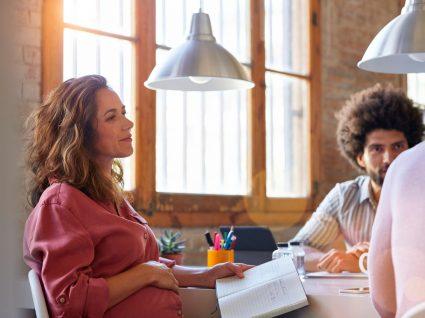mulher grávida a trabalhar no escritório