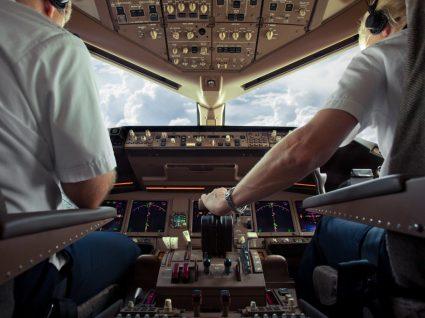 pilotos num avião, uma das profissões de desgaste rápido