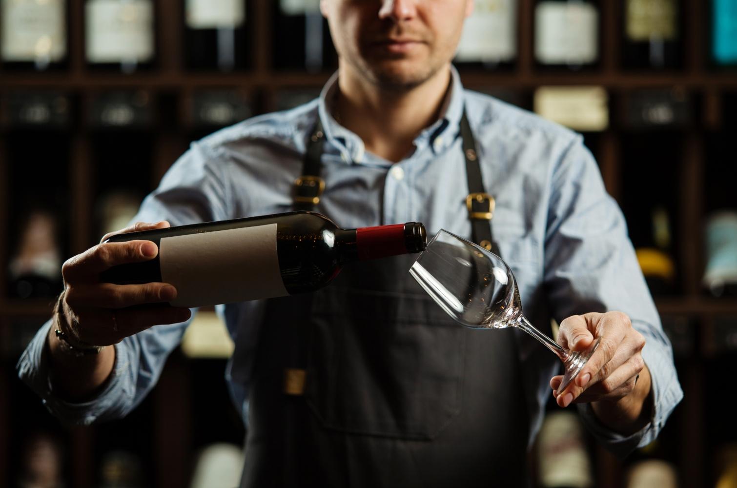 Homem a servir vinho
