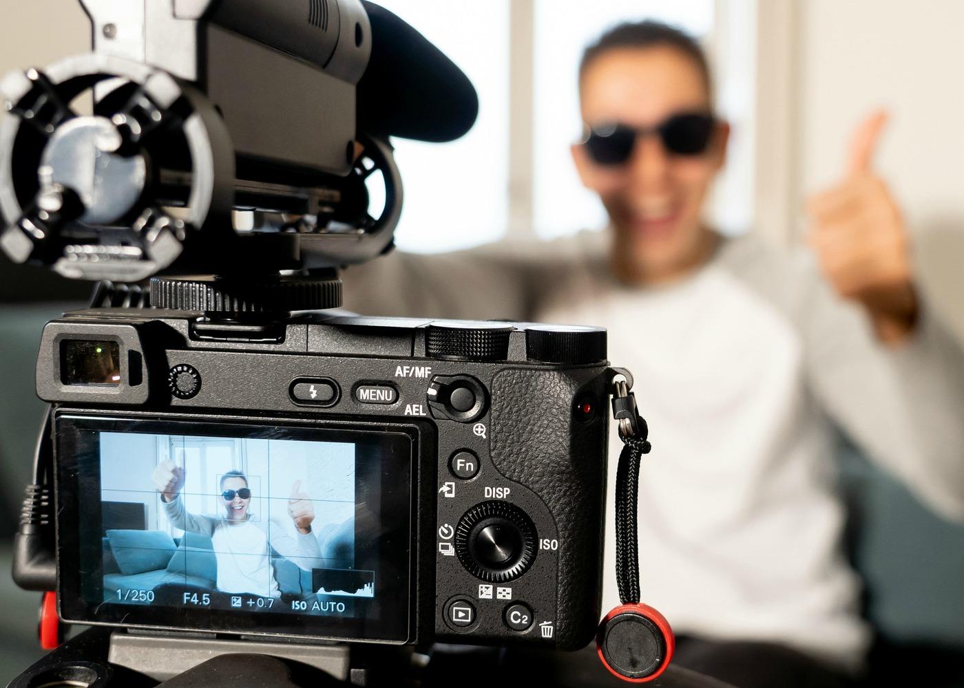 rapaz a filmar