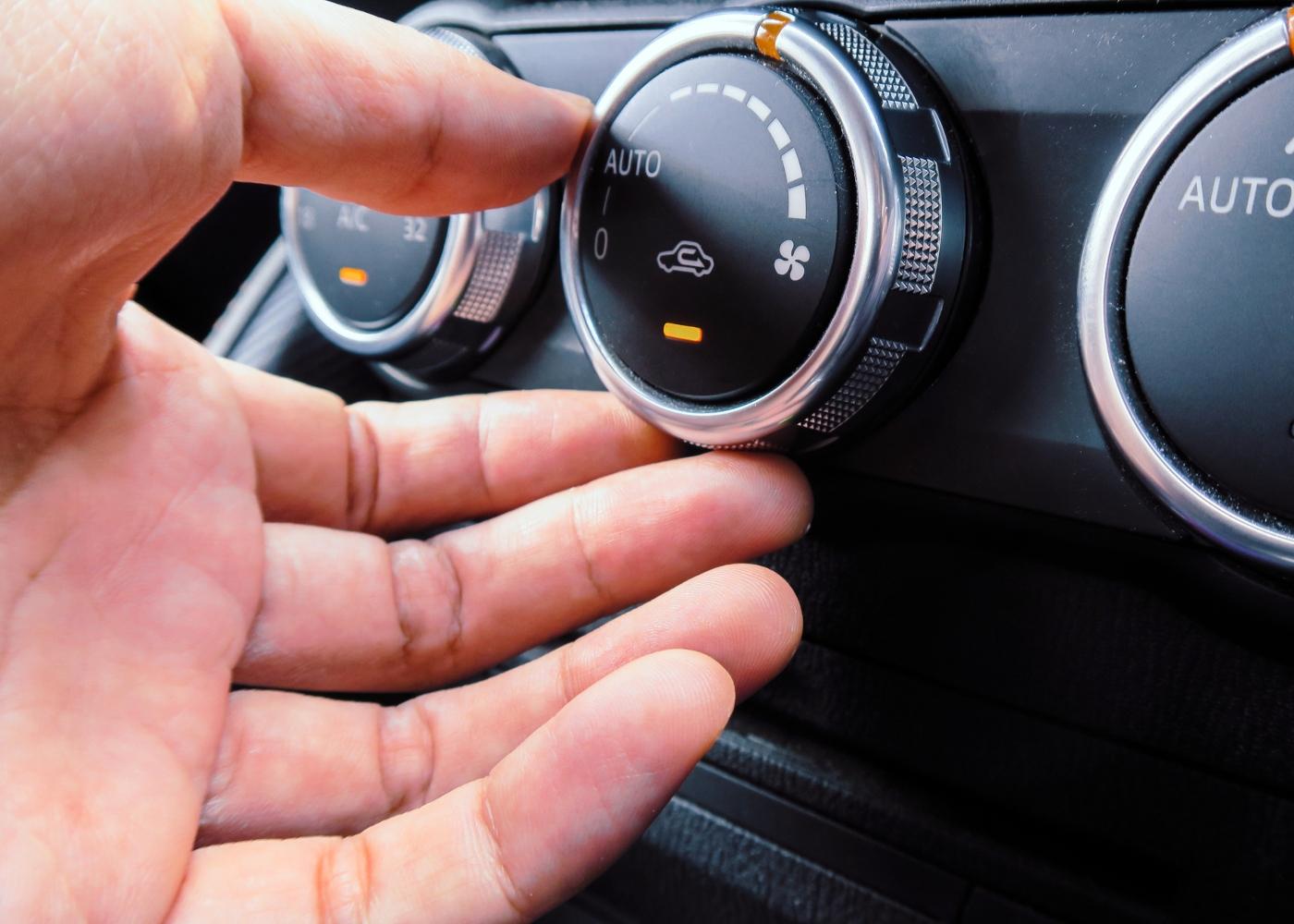 mão a fechar ar do carro
