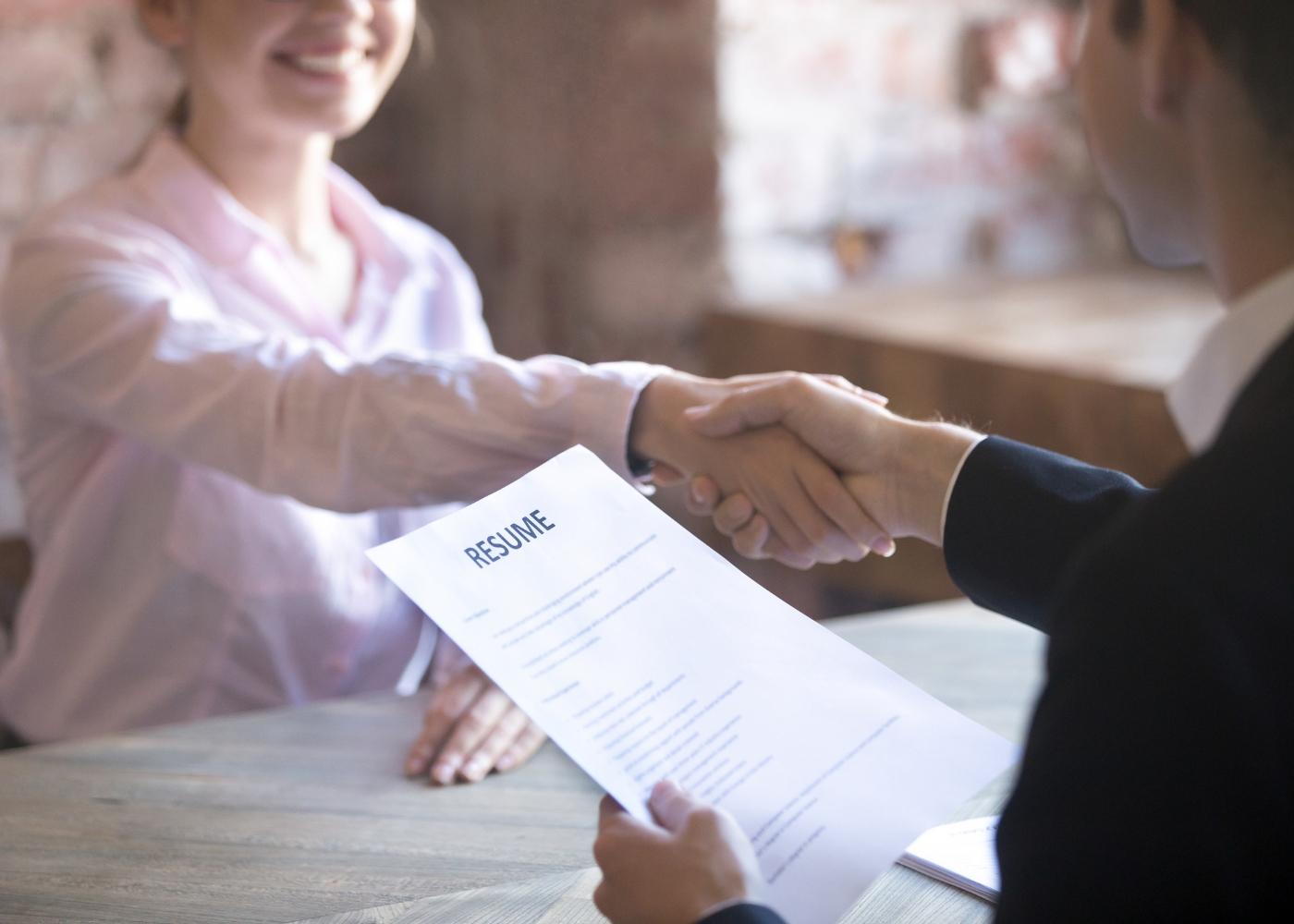 candidato em entrevista de emprego com recrutadores