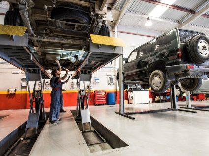 mecânicos na oficina a fazer revisão do carro