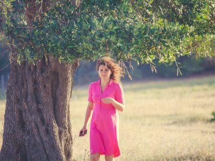 Mulher com vestido cor de rosa