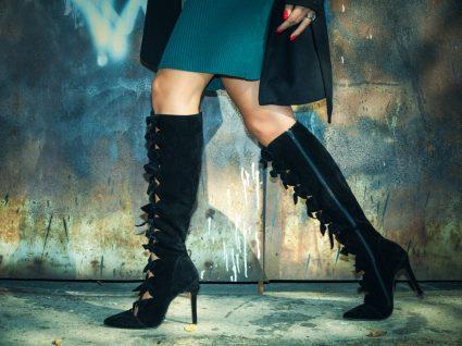 Mulher com saias curtas e botas de cano alto